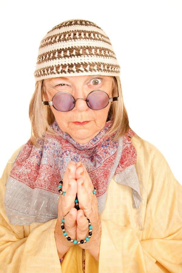 Femme neuve folle d'âge dans une robe longue jaune photo libre de droits