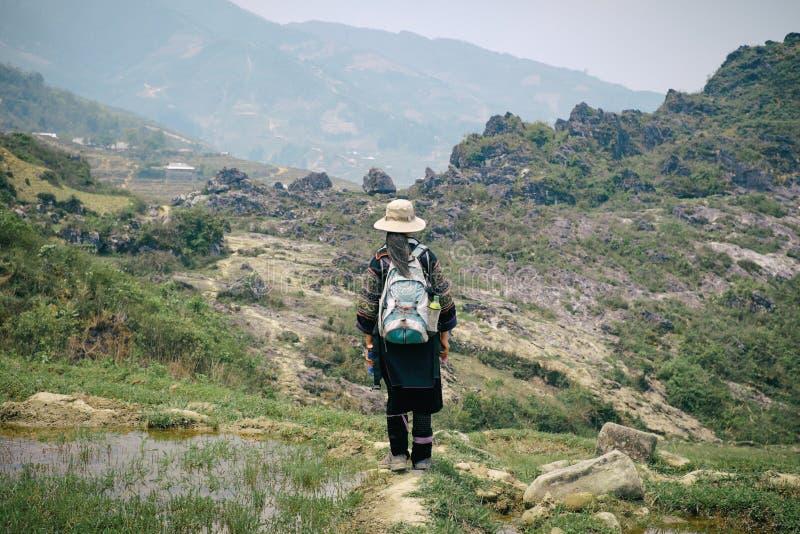Femme noire de Hmong sur des terrasses de riz dans SaPa photo libre de droits