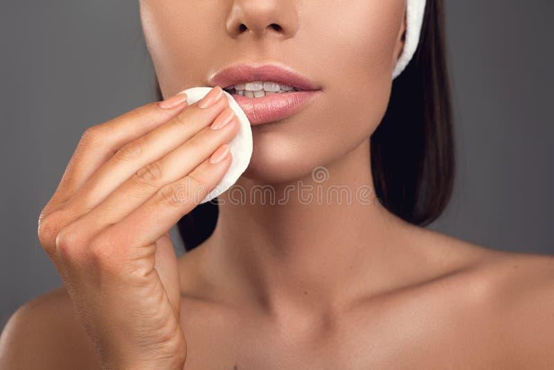 Femme nue nettoyant son visage images stock