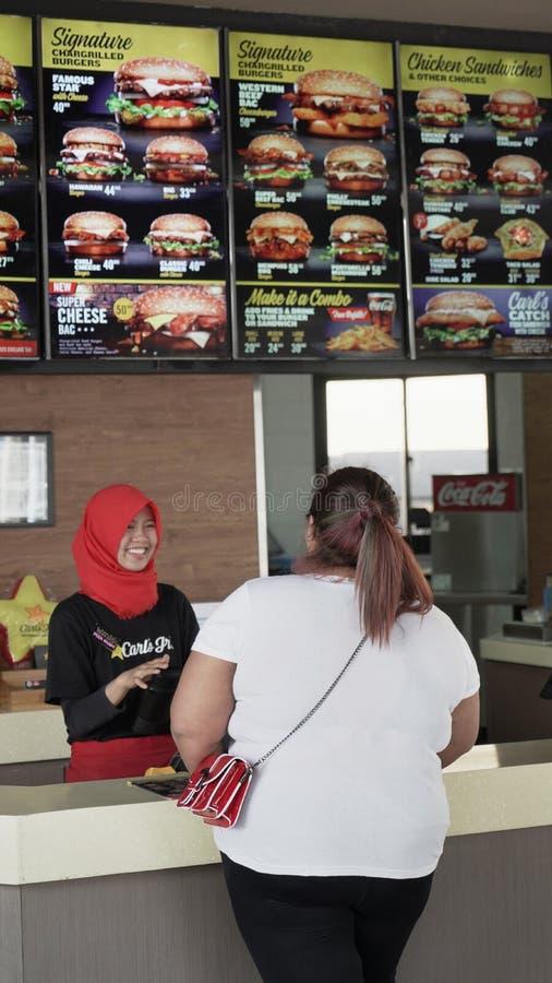 Femme obèse commandant les aliments de préparation rapide photo libre de droits