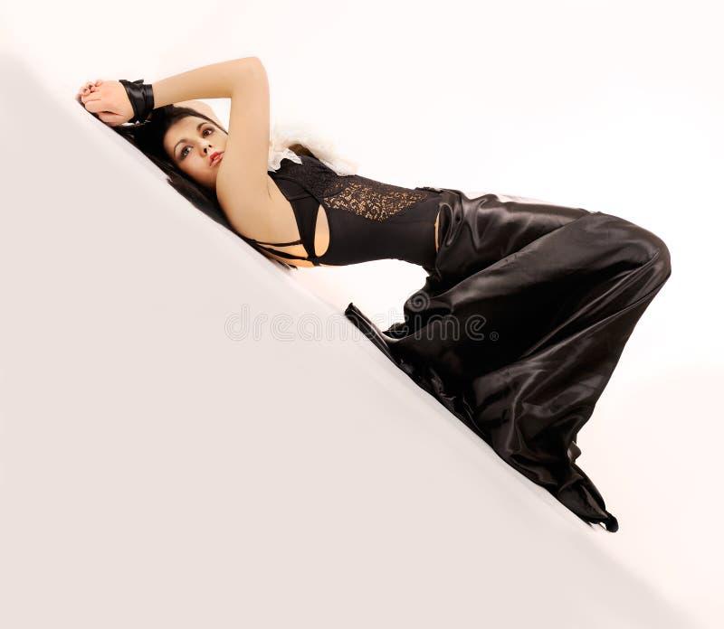 Femme obligatoire attirante dans le noir. images libres de droits