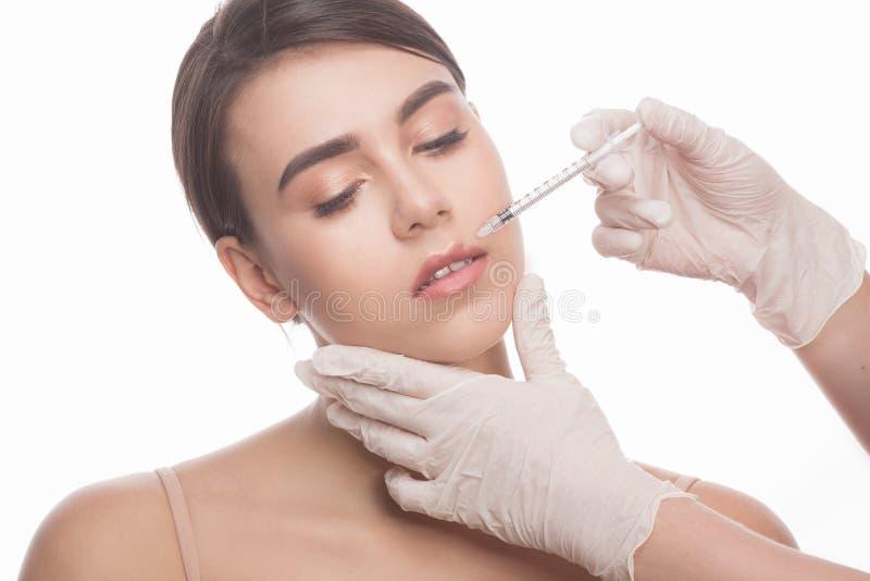 Femme obtenant des injections de massage facial de beauté photographie stock