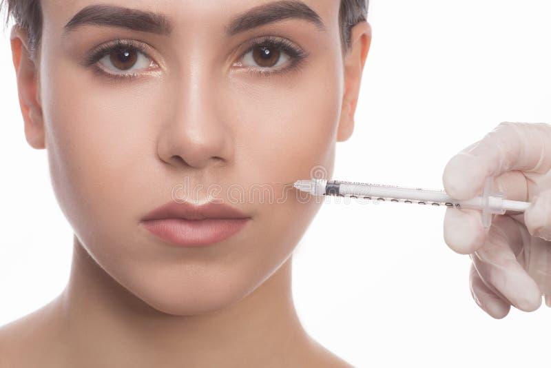 Femme obtenant des injections de massage facial de beauté images libres de droits