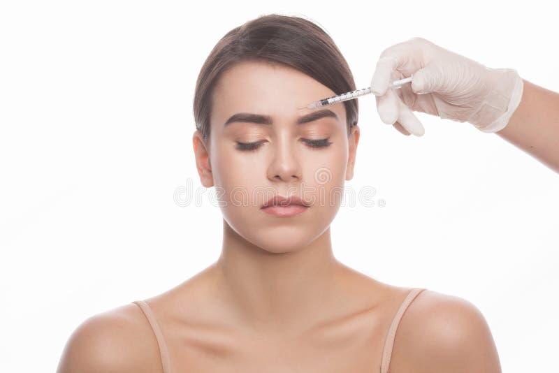 Femme obtenant des injections de massage facial de beauté photo stock