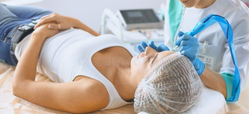 Femme obtenant l'injection injections et cosmétologie de beauté image libre de droits