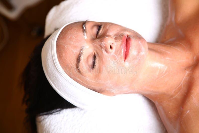 Femme obtenant la lotion crème de station thermale photos libres de droits