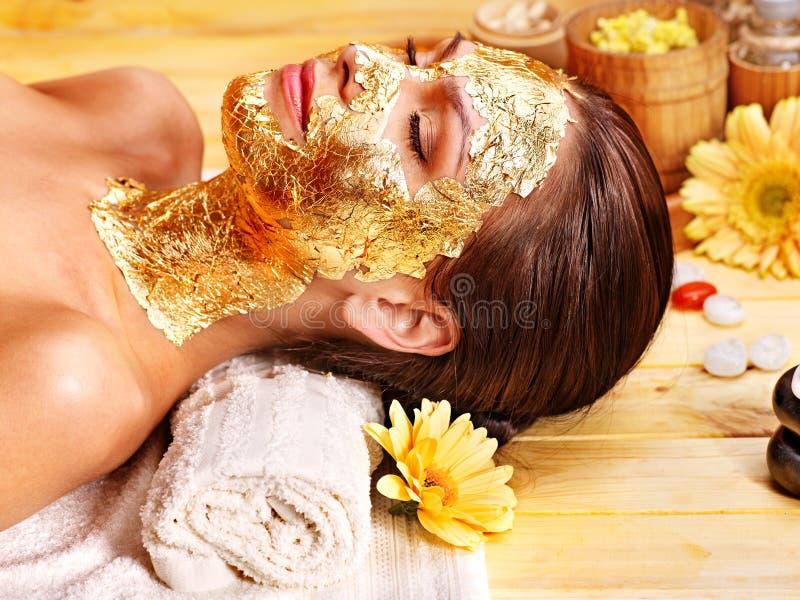 Femme obtenant le masque facial. images stock