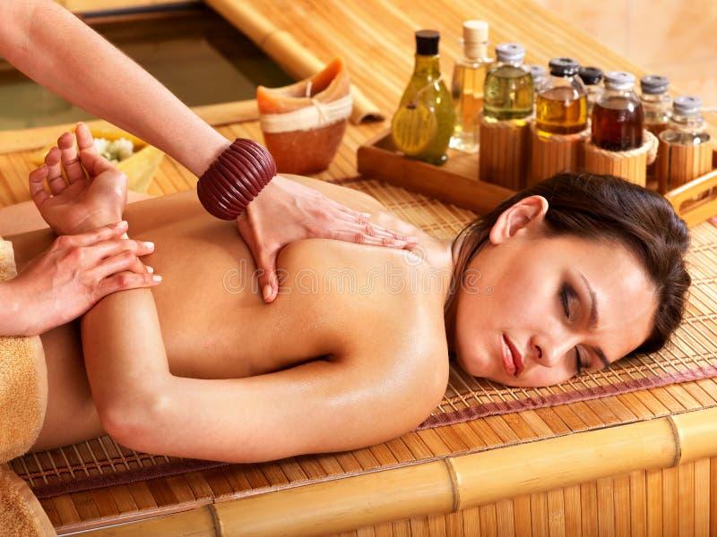 Femme obtenant le massage dans la station thermale en bambou. image libre de droits