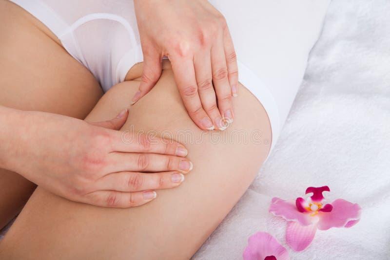 Femme obtenant le massage de cuisse images stock