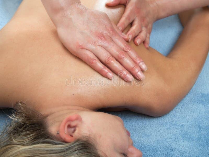 Femme obtenant le massage de station thermale photographie stock