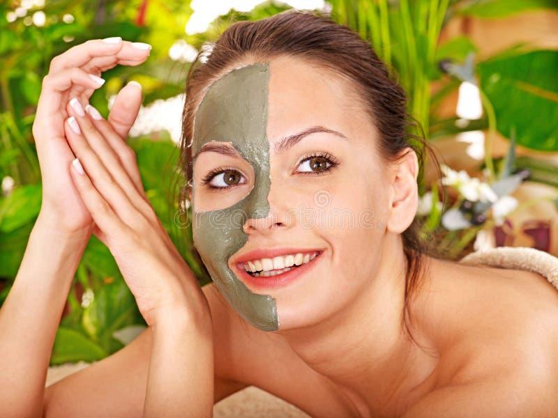 Femme obtenant le massage facial. images libres de droits
