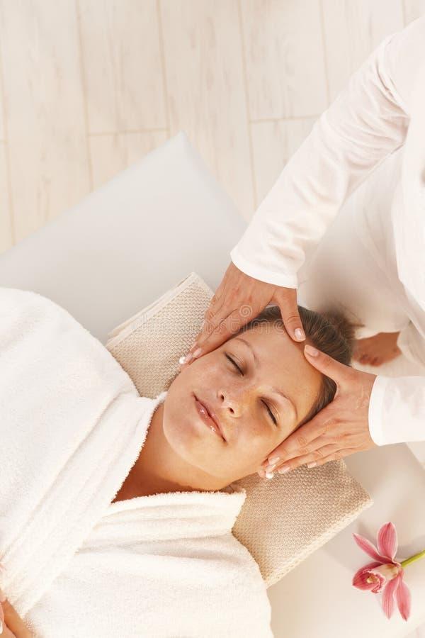 Femme obtenant le massage principal de détente photographie stock