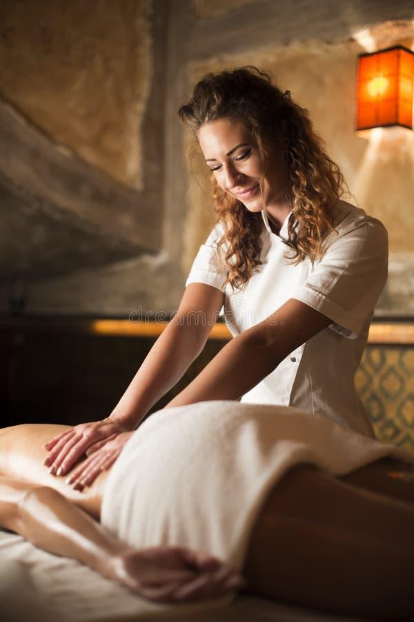 Femme obtenant le massage sur la serviette dans la station thermale photos libres de droits