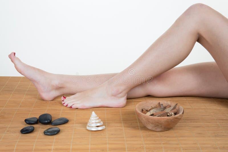 Femme obtenant le traitement de massage dans la station thermale image libre de droits