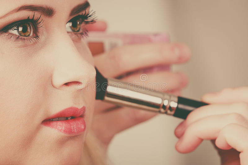 Download Femme Obtenant Lui Le Maquillage Fait Avec La Brosse Professionnelle Photo stock - Image du joue, contourner: 87704552