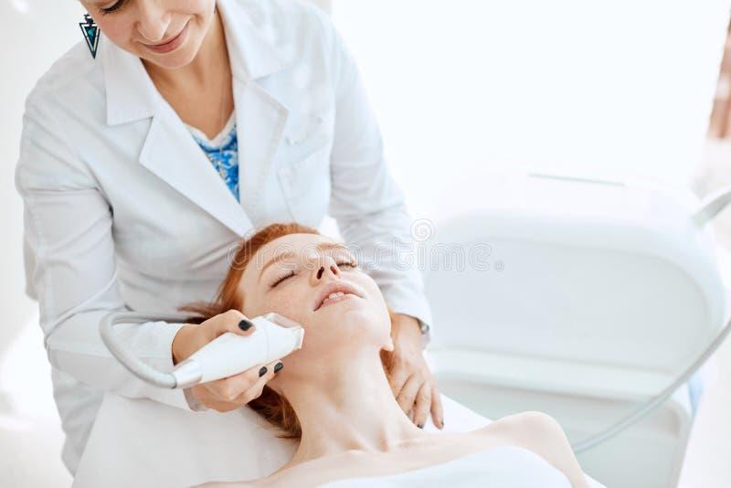 Femme obtenant rf-se soulevante dans un salon de beauté Technologies modernes dans la cosmétologie image libre de droits