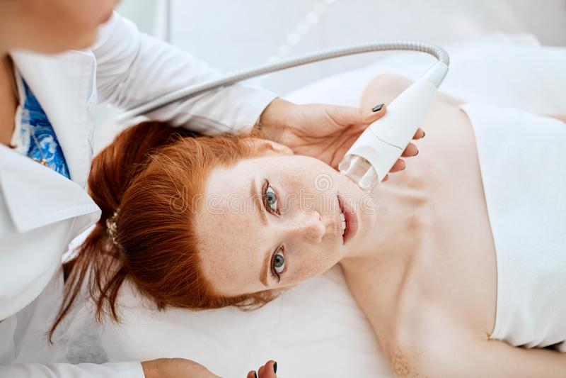 Femme obtenant rf-se soulevante dans un salon de beauté Technologies modernes dans la cosmétologie photographie stock