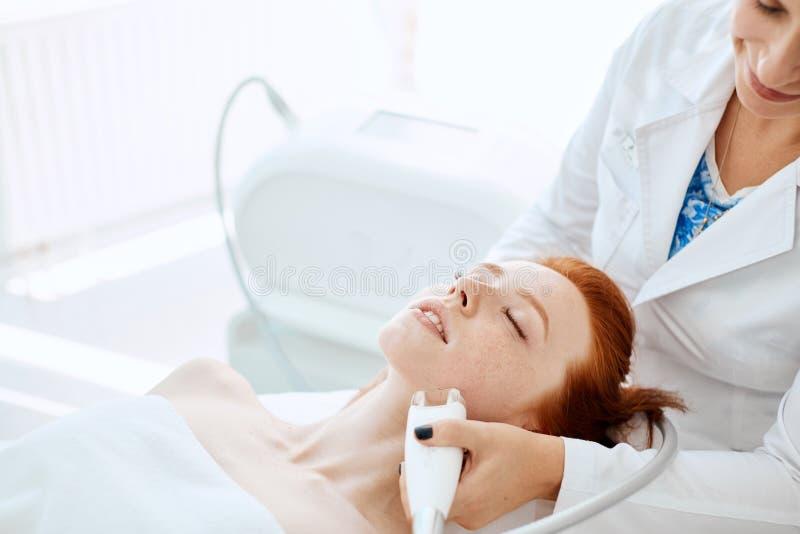 Femme obtenant rf-se soulevante dans un salon de beauté Technologies modernes dans la cosmétologie photos stock