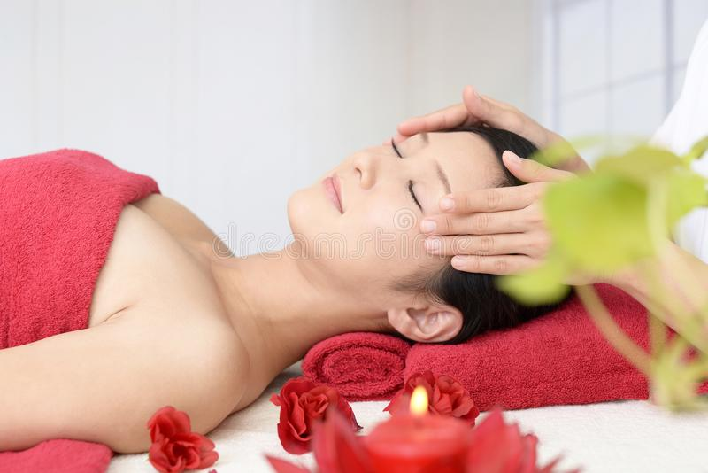 Femme obtenant un massage facial photos libres de droits
