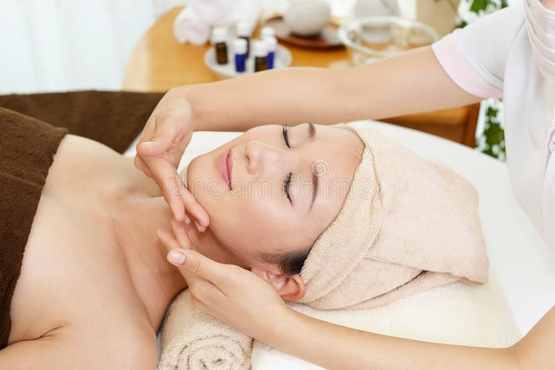 Femme obtenant un massage facial image stock