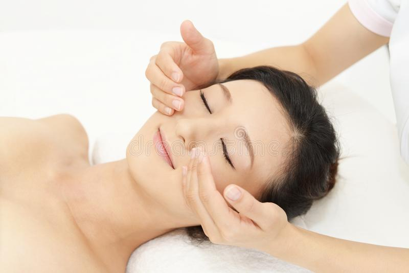Femme obtenant un massage facial images stock