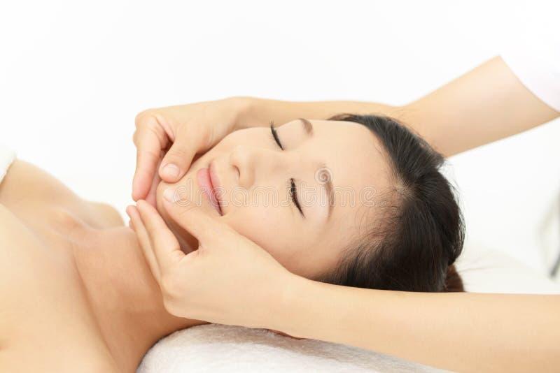 Femme obtenant un massage facial image libre de droits