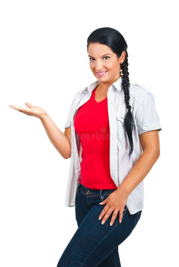 Femme occasionnel effectuant une présentation photographie stock libre de droits