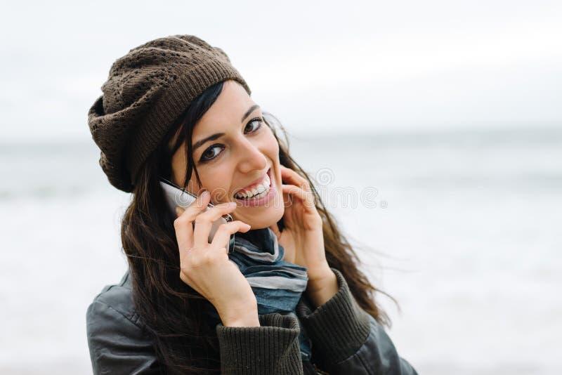 Femme occasionnelle à l'appel de smartphone photo libre de droits
