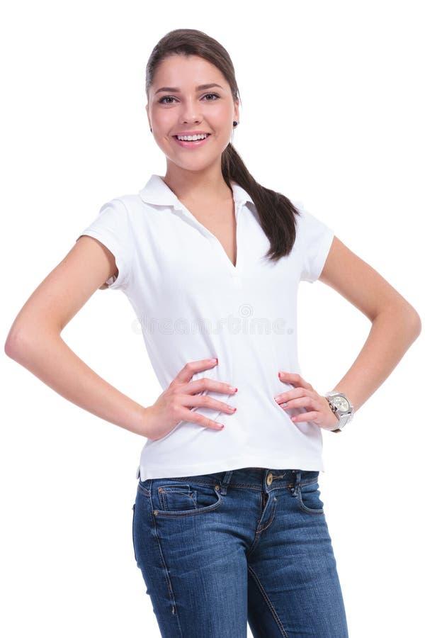 Femme occasionnelle avec des mains sur des hanches images stock