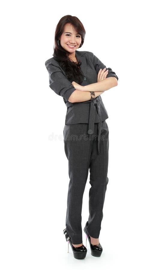 Femme occasionnelle d'affaires avec des bras croisés et le sourire images stock
