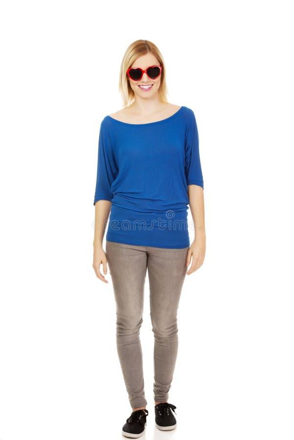 Femme occasionnelle dans des lunettes de soleil photo libre de droits