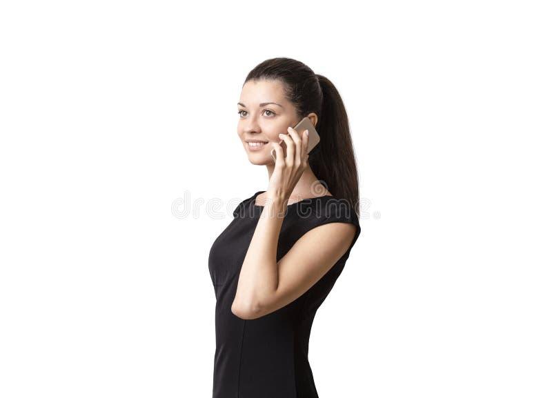 Femme occasionnelle futée de sourire parlant au téléphone images libres de droits