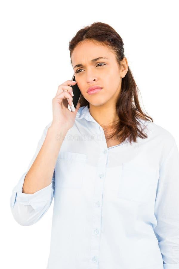 Femme occasionnelle inquiétée au téléphone photo stock
