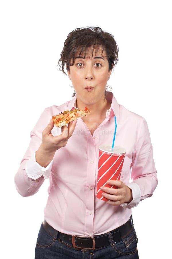 Femme occasionnelle mangeant de la pizza photo stock