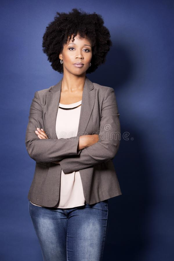 Femme occasionnelle noire sur le fond bleu photographie stock