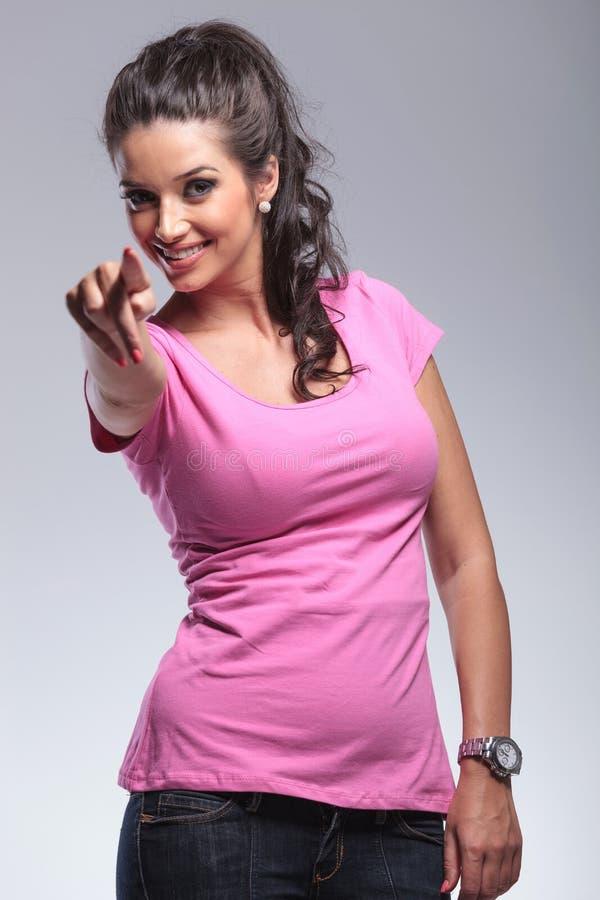 Femme occasionnelle poining son doigt photographie stock libre de droits