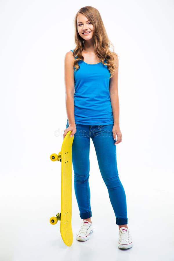 Femme occasionnelle se tenant avec la planche à roulettes image stock