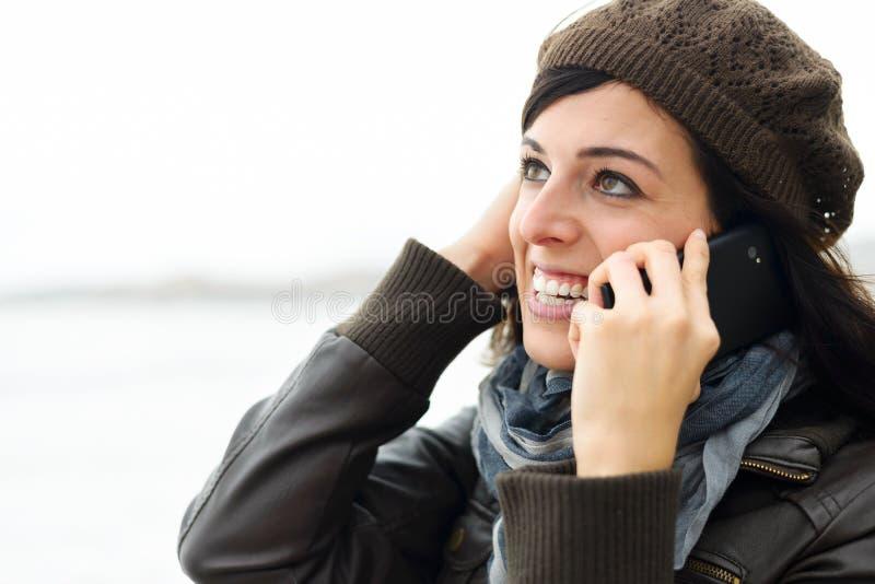 Femme occasionnelle sur le téléphone portable dehors photos libres de droits