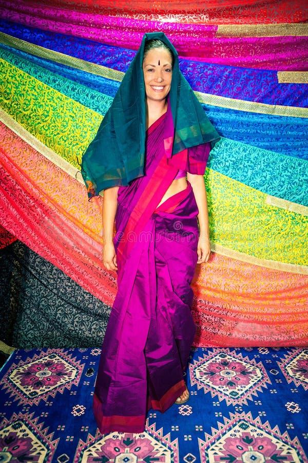 Femme occidentale avec les vêtements indiens sari photos libres de droits