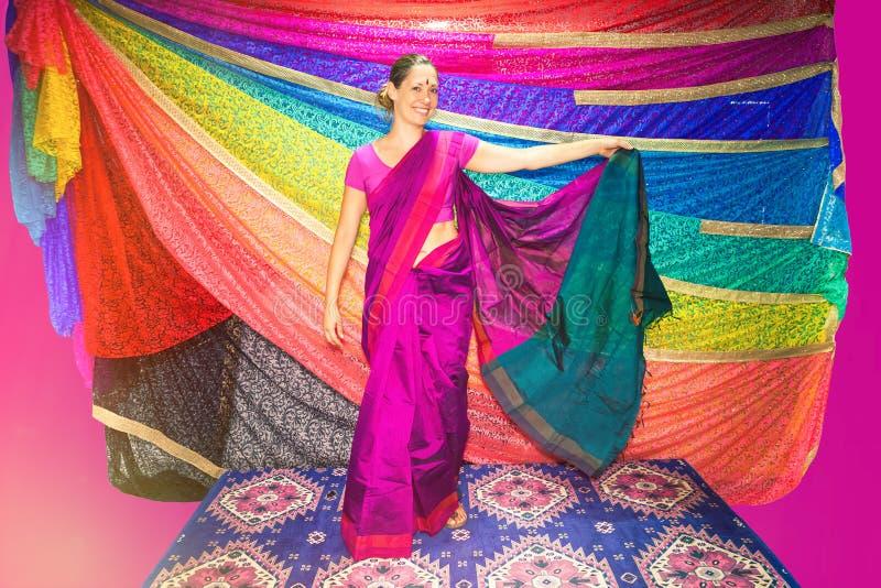 Femme occidentale avec les vêtements indiens sari photographie stock libre de droits