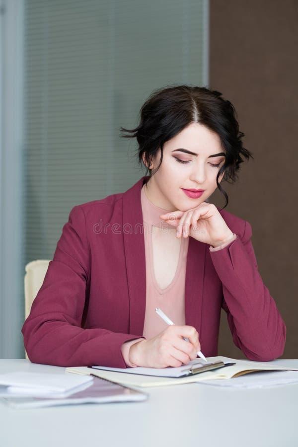 Femme occupée sûre sérieuse d'affaires élégante images libres de droits