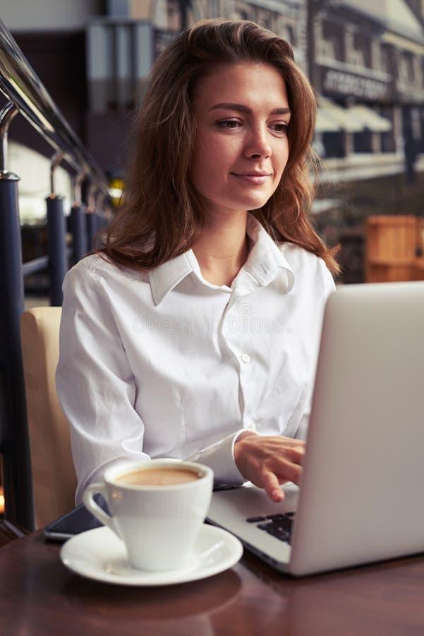 Femme occupée travaillant pendant la pause-café photos stock