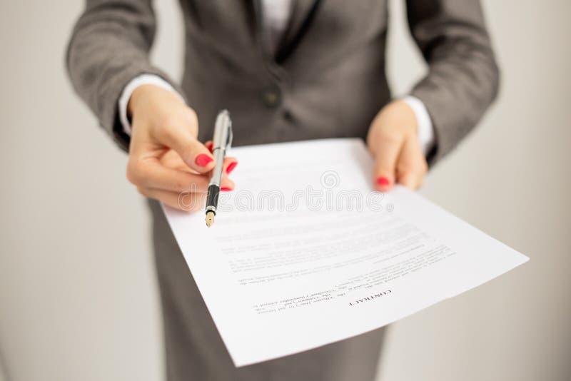 Femme offrant de signer des papiers photographie stock libre de droits
