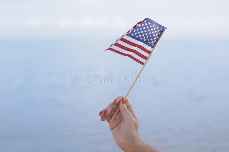 Femme ondulant le drapeau des USA photographie stock libre de droits
