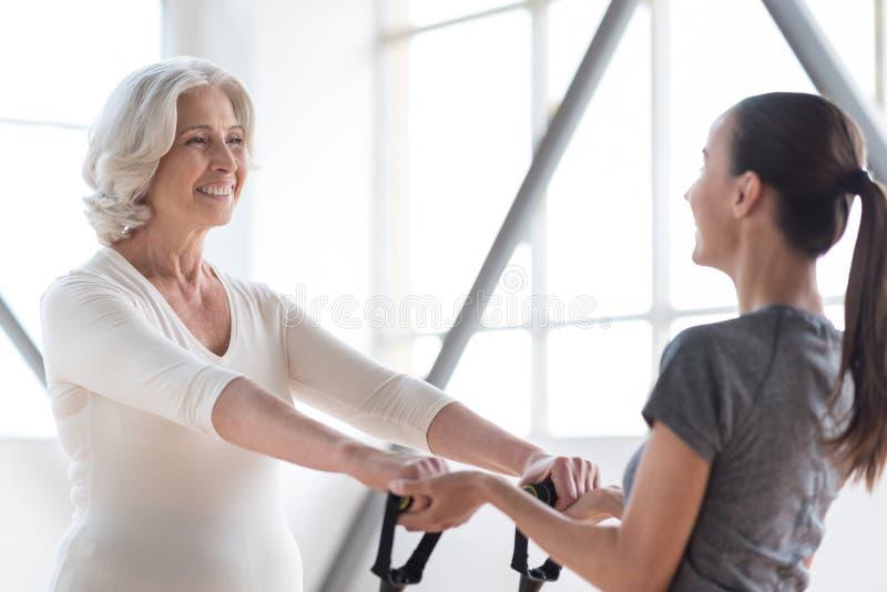 Femme optimiste heureuse établissant dans un centre de fitness images libres de droits