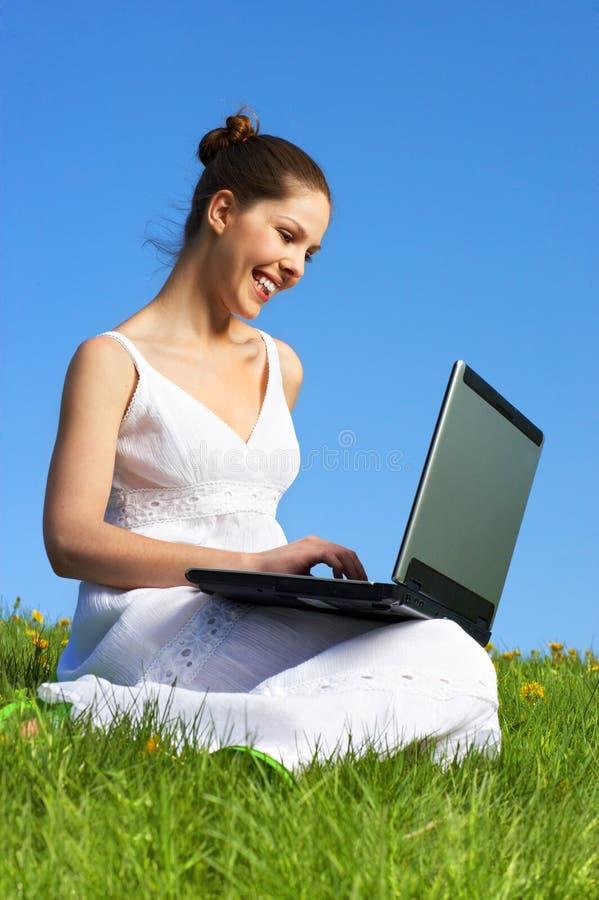 Femme, ordinateur portatif et ciel bleu images stock