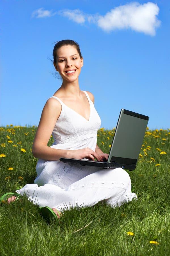 Femme, ordinateur portatif et ciel bleu photos libres de droits