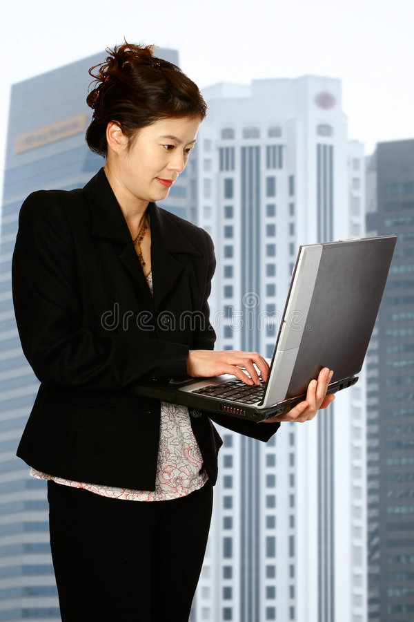 Femme oriental avec l'ordinateur portatif photo stock