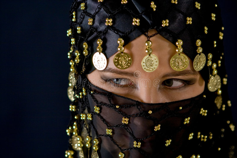 Femme oriental mystérieux dans le voile noir photo libre de droits