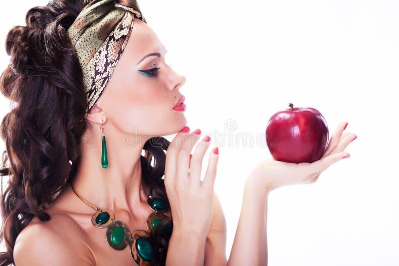 Femme oriental - pomme rouge - repas normal organique photo libre de droits
